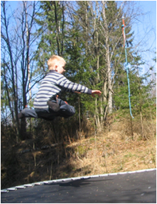 lapsi-hyppää