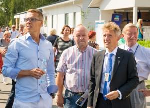 Pääministeri messukierroksella. Hänen vieressään valtuuston puheenjohtaja Pauli Partanen, allekirjoittanutja kaupunginjohtaja Markku Anderson.